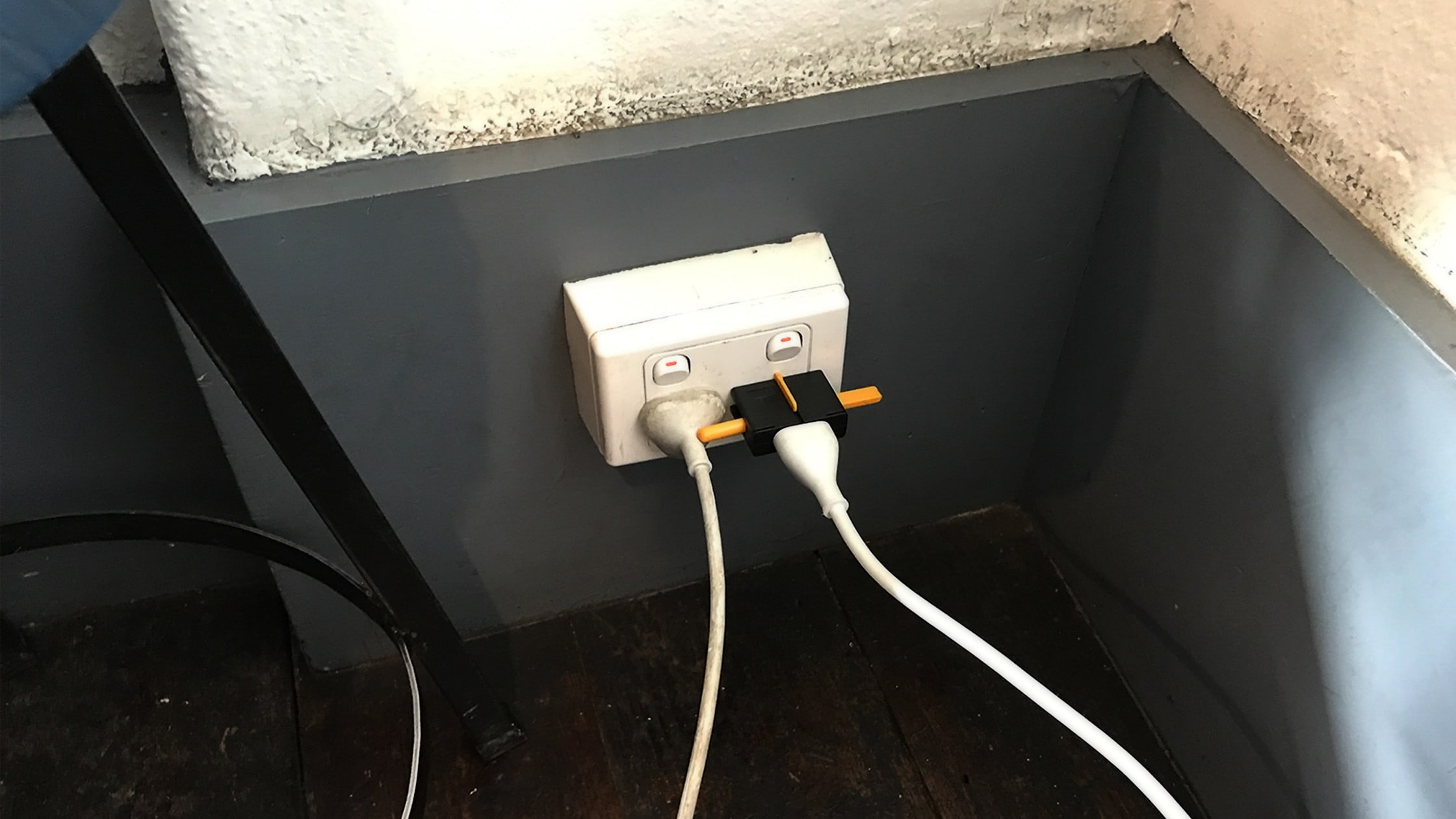 kikkerland travel adapter plug into the walll