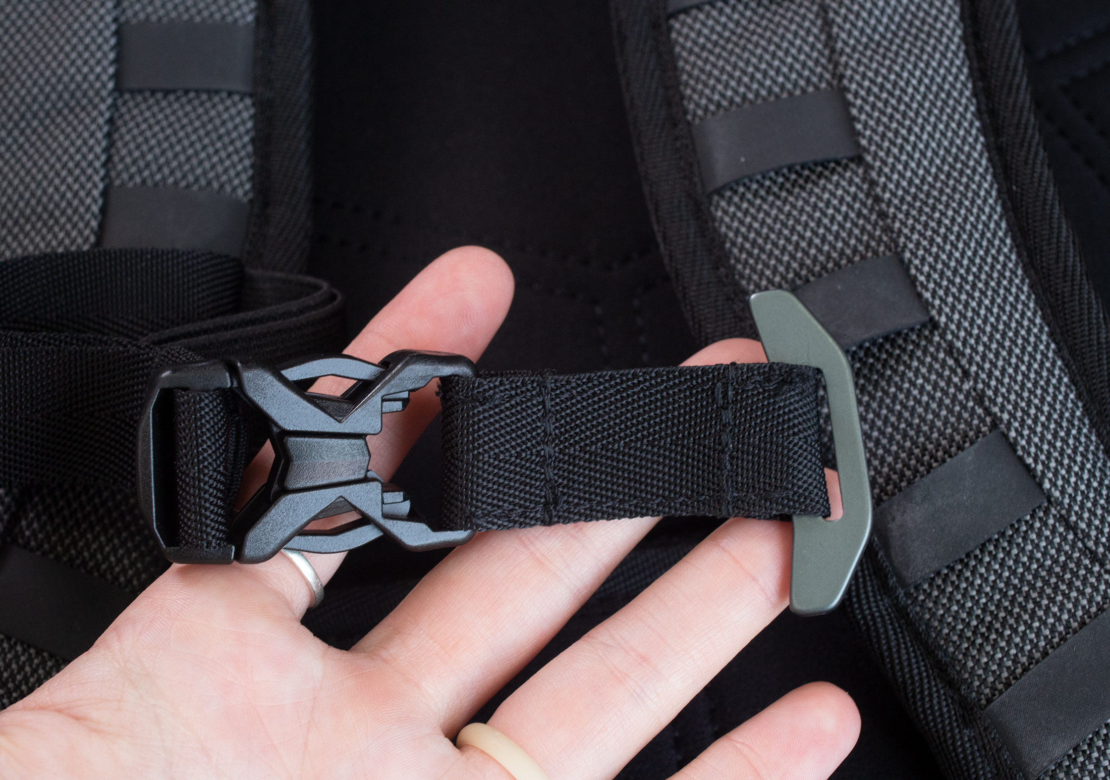 Heimplanet Transit Line Travel Pack Sternum Strap Unhooked