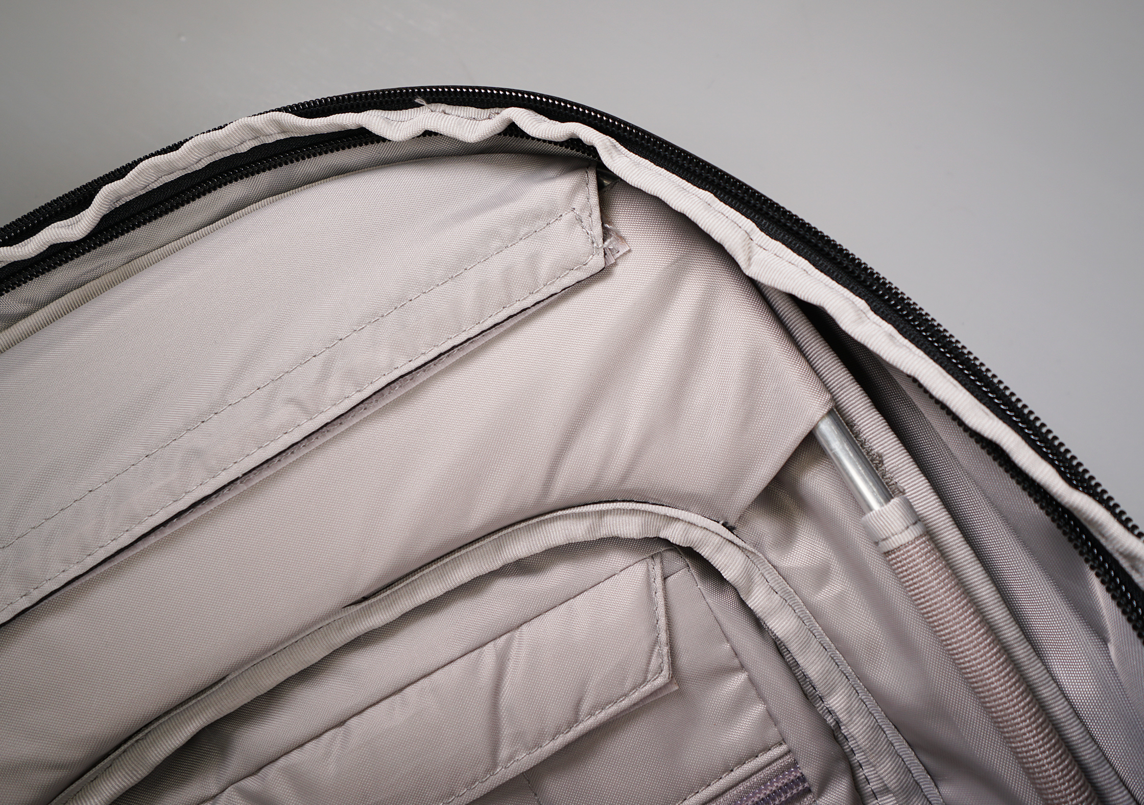 Pacsafe Venturesafe X40 Plus Aluminum Frame