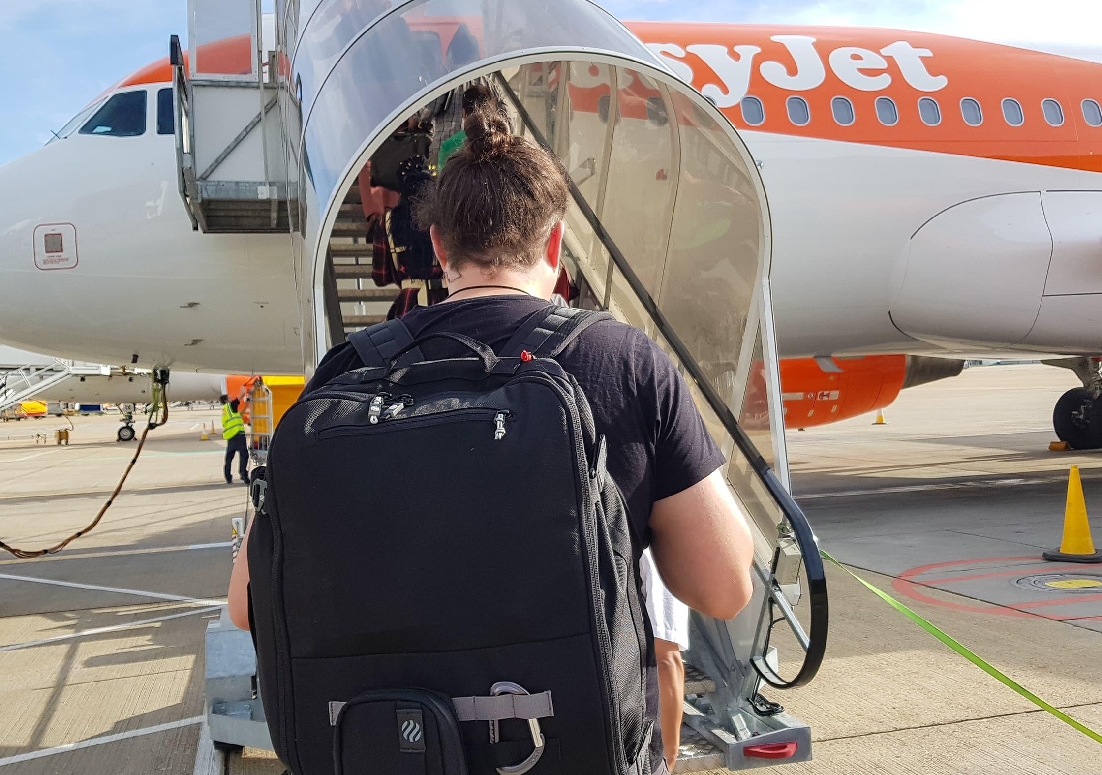Einsteigen in einen EasyJet-Flug von London mit dem Heimplanet Monolith Weekender