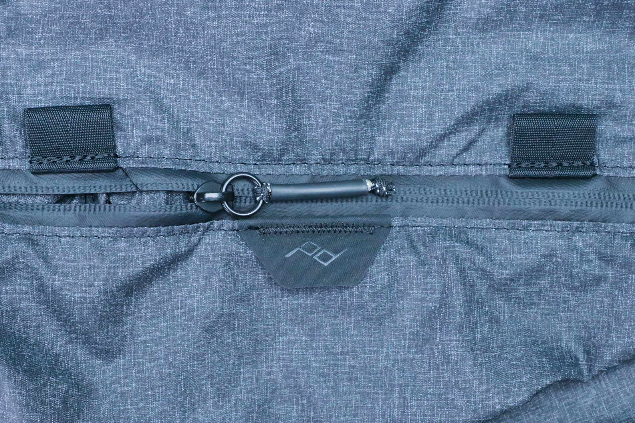 Peak Design Shoe Pouch zipper and logo