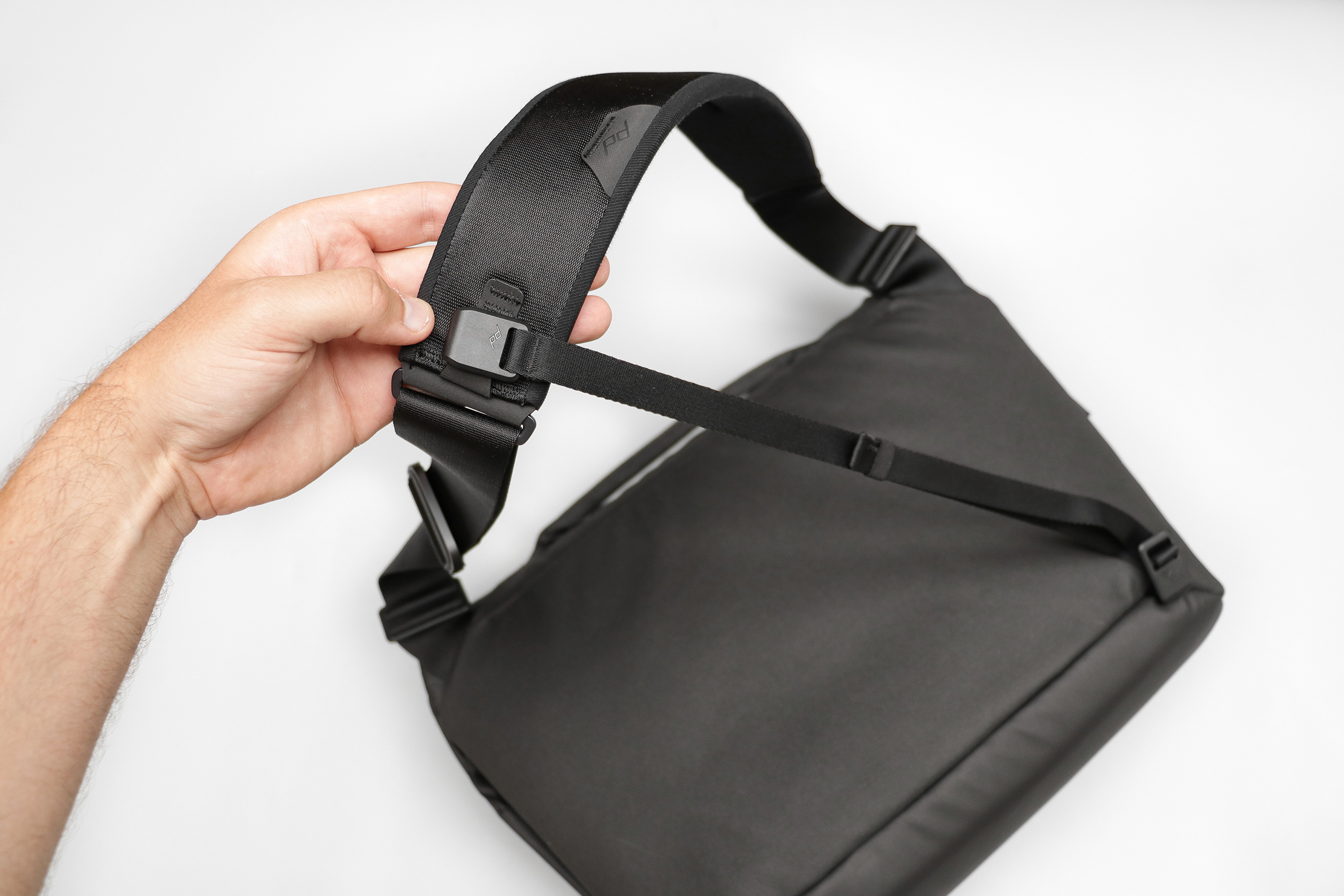 Peak Design Everyday Messenger 13L V2 Lash Strap Attached To Shoulder Strap