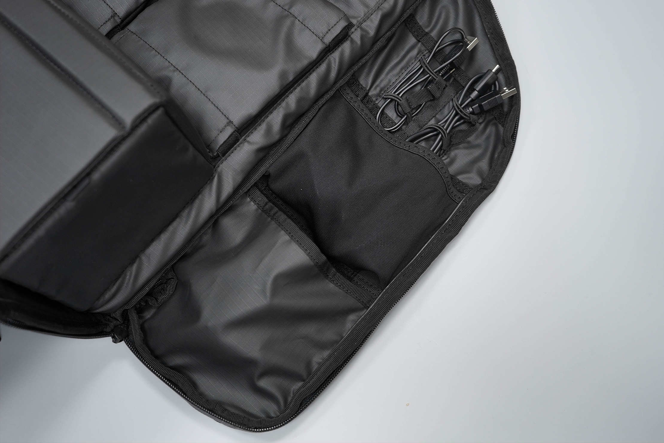 WANDRD DUO Daypack Right Side Flap Organization