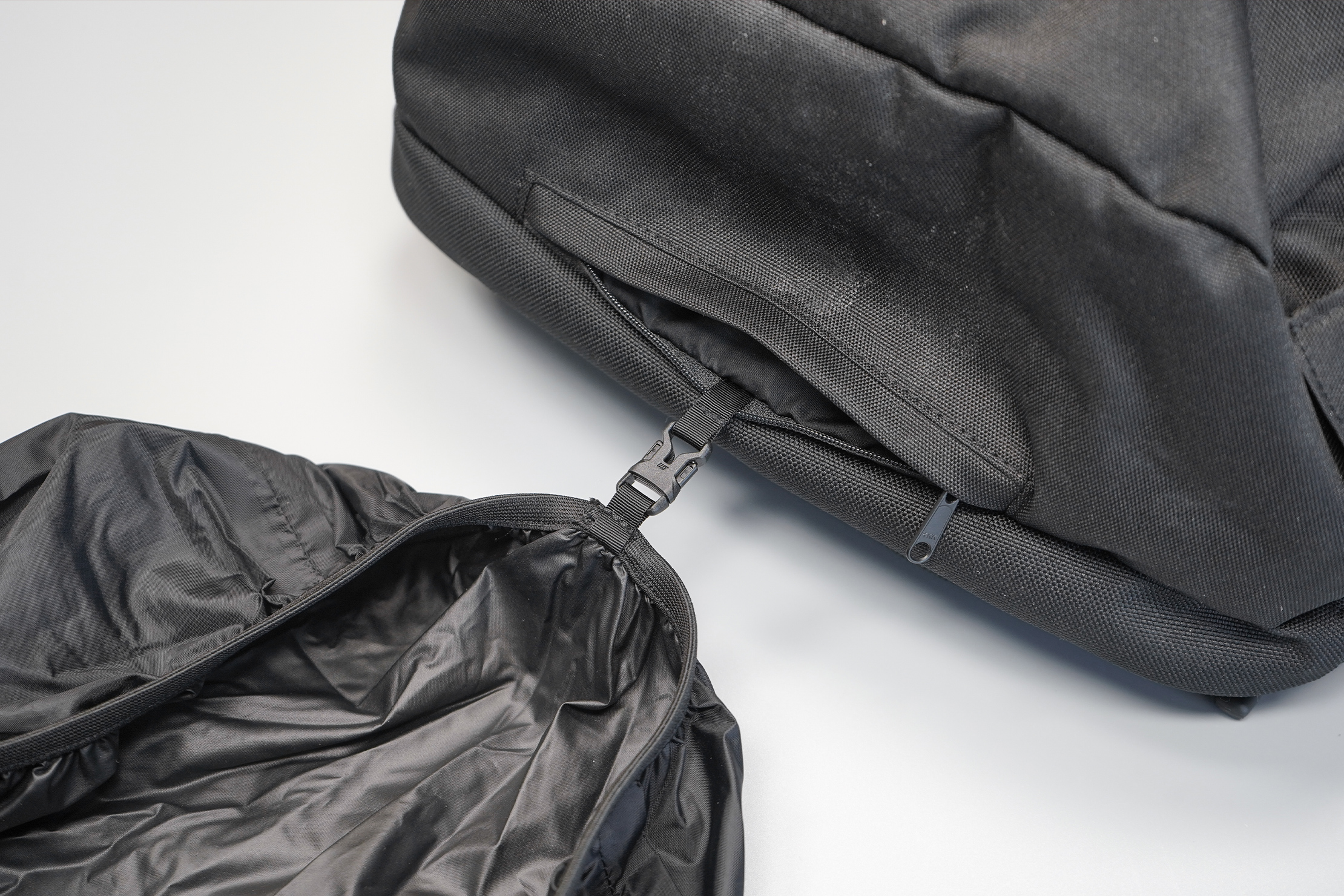 Minaal Carry-On 3.0 | A raincover is included, but detachable when you want to leave it at home