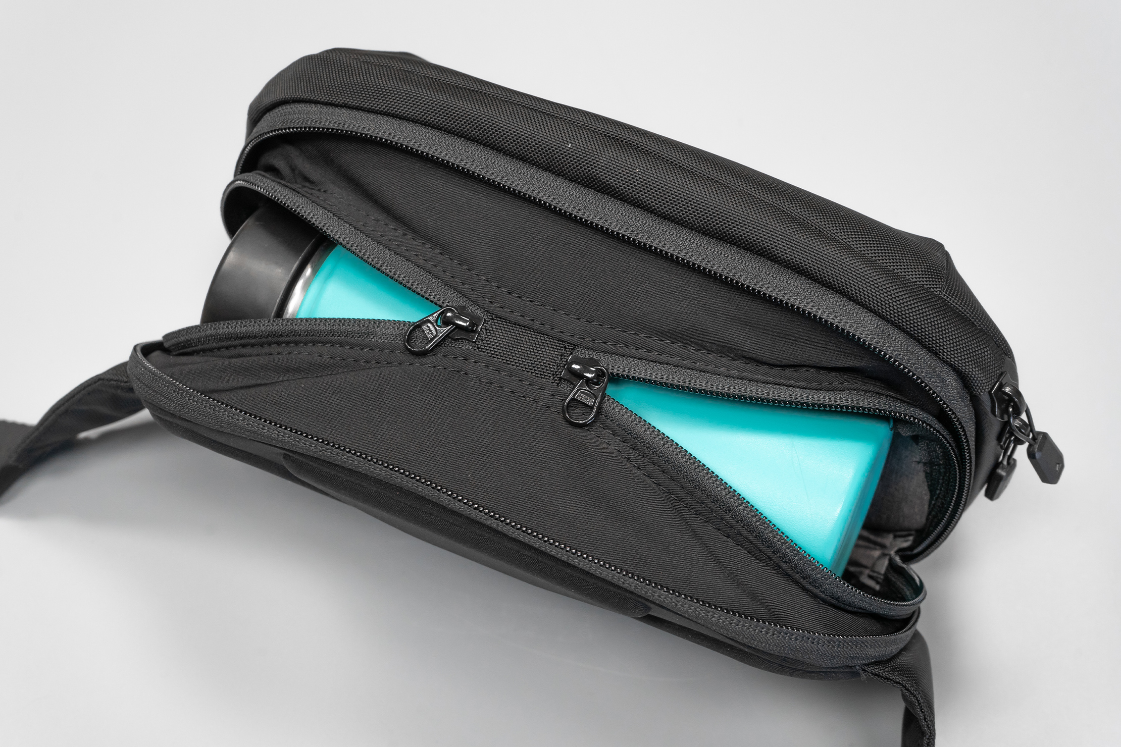 NOMATIC Navigator Sling 1L | A rear expanding compartment allows you to bring a drink along for a stroll hands-free