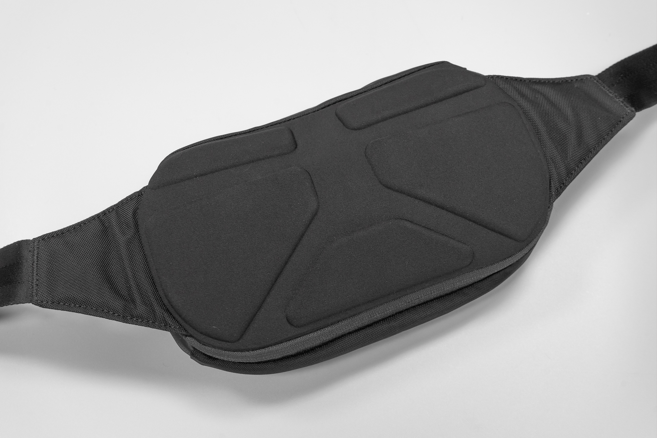 NOMATIC Navigator Sling 1L | The back panel adds to the structure of the sling