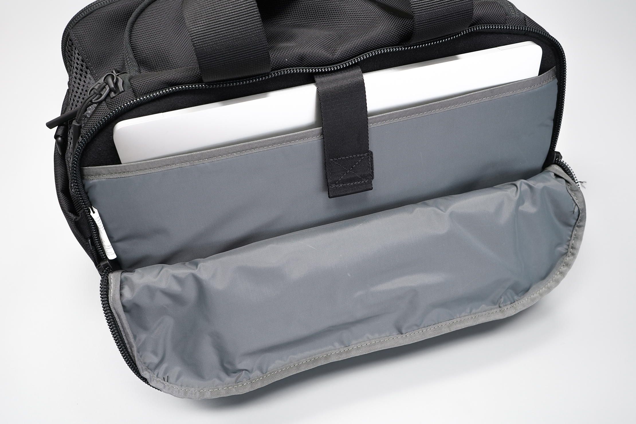 Aer Gym Duffel 3 laptop compartment
