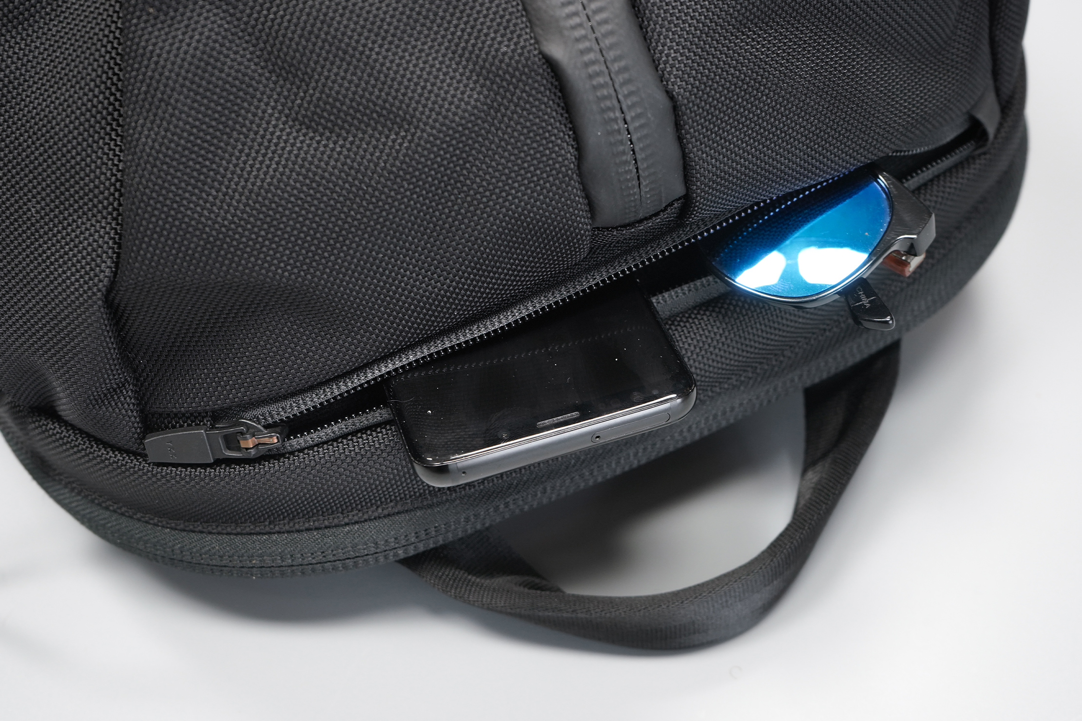 Aer Duffel Pack 3 | Top quick-grab pocket & handle