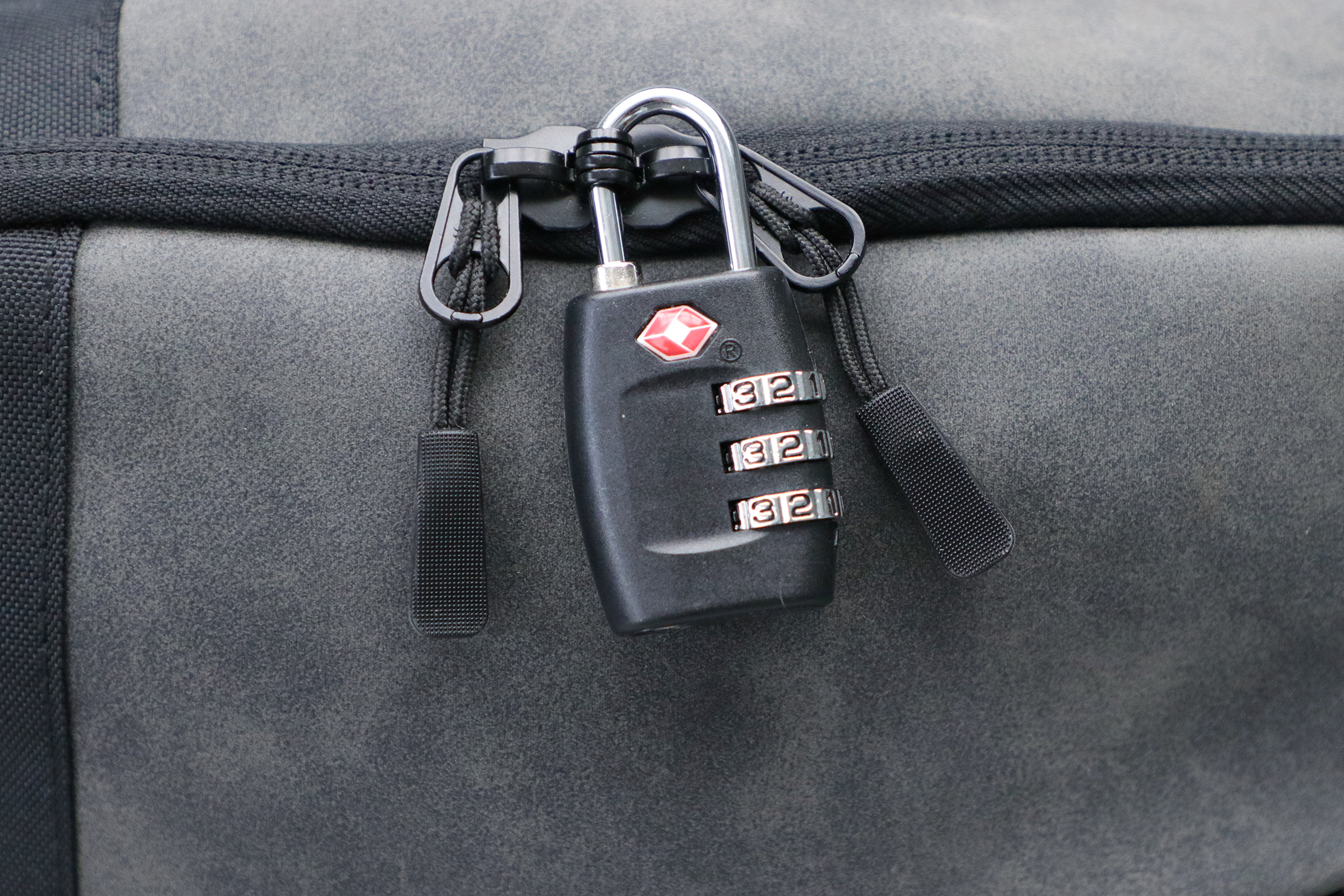 Cabin Max Manhattan Stowaway XL lockable zippers
