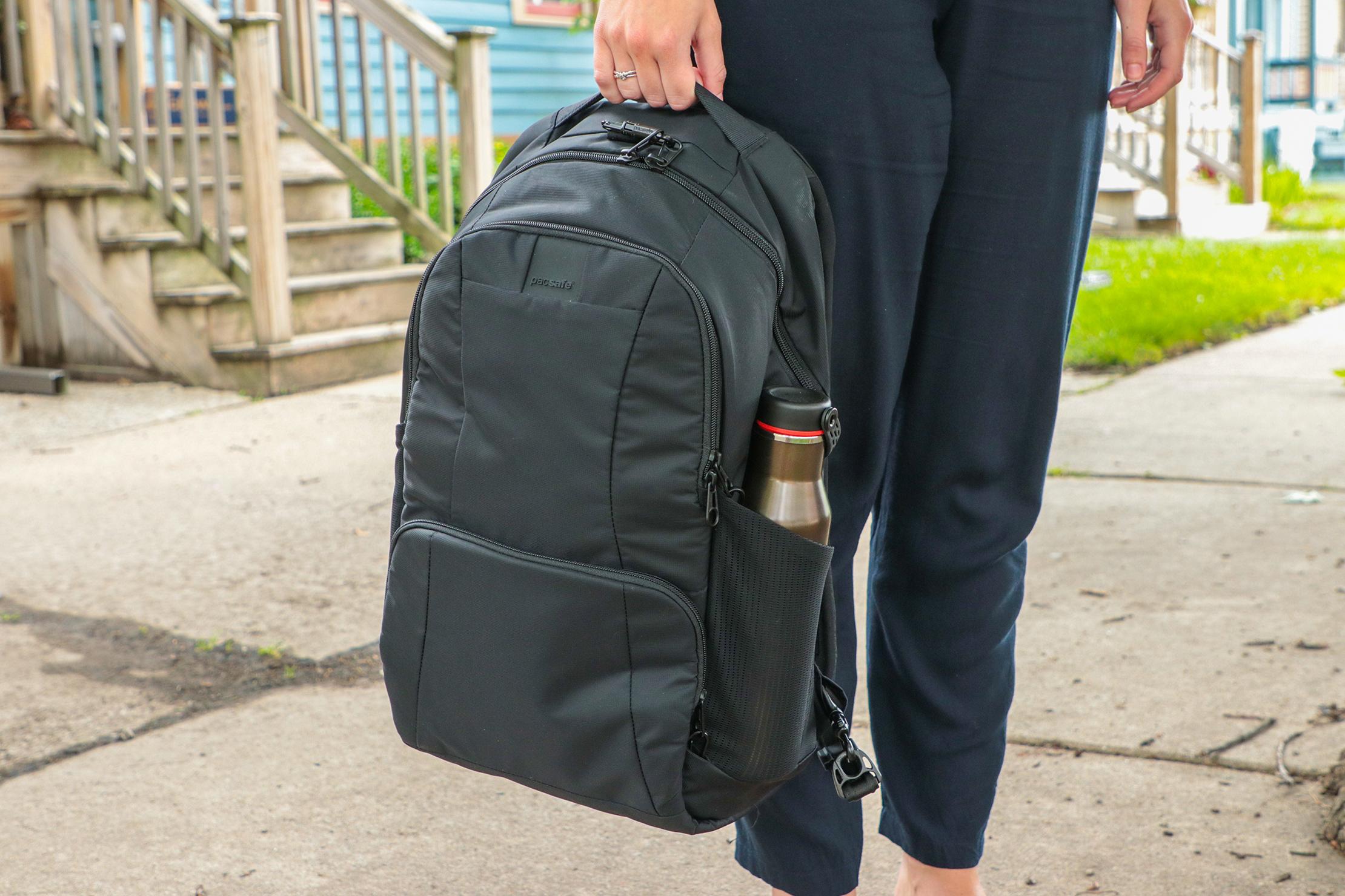 Pacsafe Metrosafe LS450 Anti-Theft Backpack Usage 3