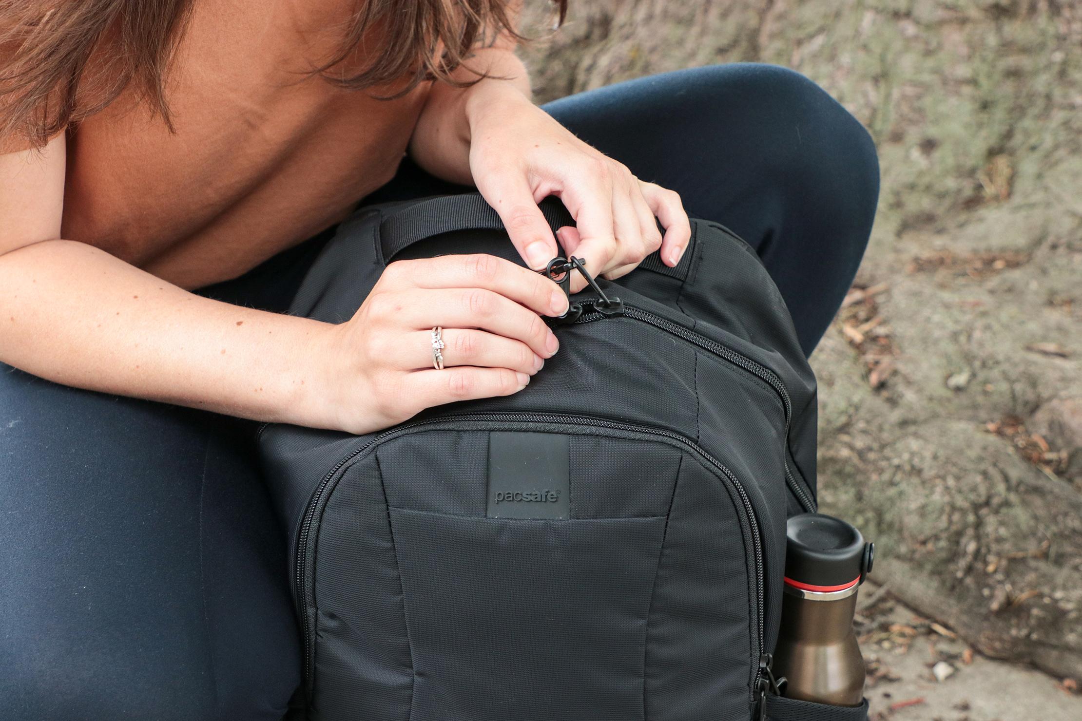Pacsafe Metrosafe LS450 Anti-Theft Backpack Usage 2